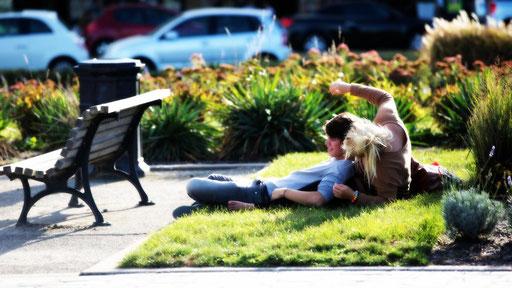 Couple de jeunes amoureux, batifolant sur la pelouse, sur les quais bordelais
