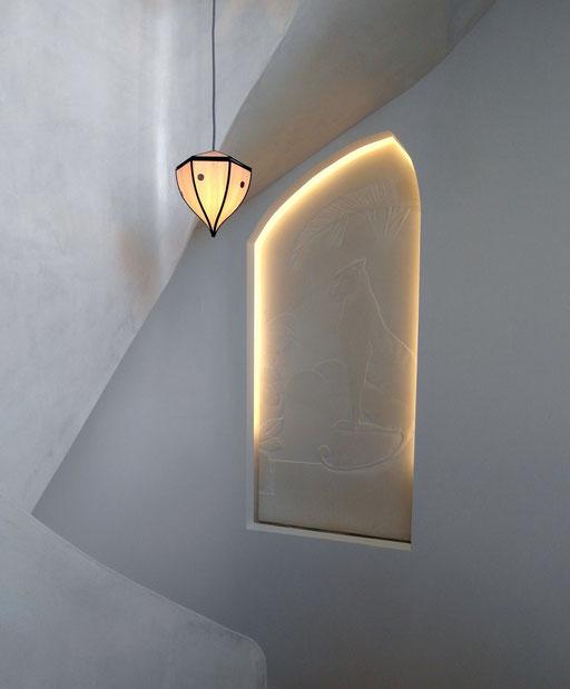 Cage d'escalier hommage à Gaudi - le bas relief