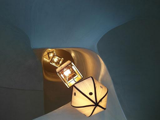 Cage d'escalier hommage à Gaudi -détail de la suspension sur 3 étages