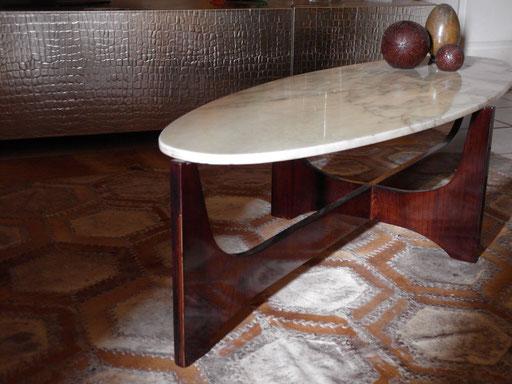 Table Hughes Poignant devant un meuble cuir croco argent d ELITIS