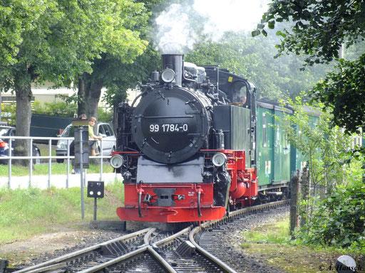 """99 1784-0 der Rügenschen Bäderbahn """"Rasender Roland"""" (RÜBB) fährt mit ihrem Zug aus Göhren gerade in Binz LB ein (6. August 2012)"""