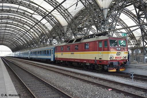Ab Dresden Hbf. fährt unter anderem auch ein Zug nach Budapest. 371 015-9 hat am 16. August 2014 dieses Zug am Haken und wartet im Startbahnhof auf Abfahrt