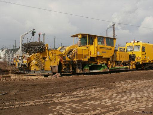 Am 20. März 2011 steht die Schnellschotterplaniermaschine SSP 110 auf einem alten Abstellgleis im Chemnitzer Hbf.