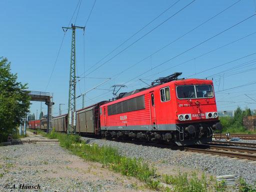 155 118-3 zieht ihren gemischten Güterzug durch den heißen 18. Juni 2013 am AW Chemnitz vorbei. Gleich passiert die Fuhre den Hbf.
