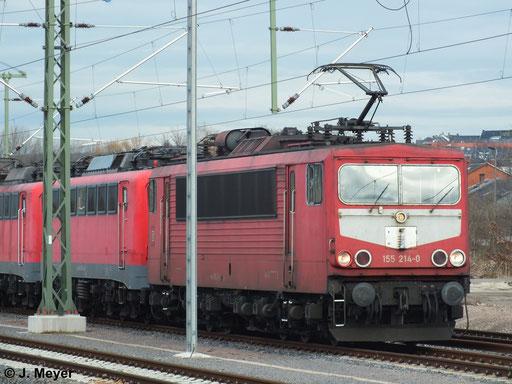 Am 9. Januar 2014 überführte 155 214-0 vier Loks der BR 140 vom DB Stillstandsmanagement im AW Chemnitz zur Reaktivierung nach Seddin. Hier wartet die Fuhre im Chemnitzer Hbf. auf Ausfahrt