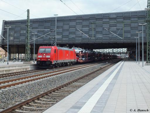 Am 29. April 2013 zieht 185 217-7 einen Autovollzug durch Chemnitz Hbf.