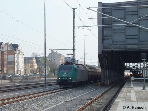 185 517-0 hat am 2. April 2014 einen Gaskesselwagenzug am Haken. Hier durchfährt die Fuhre gerade Chemnitz Hbf. Am Zugschluss schiebt 271 014-3 nach