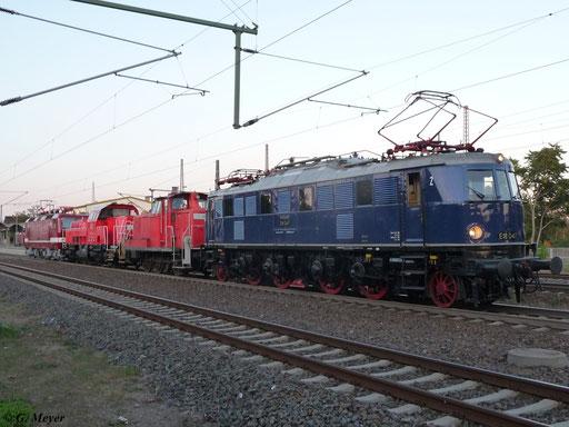 Am 30. September 2012 verlässt E18 047 mit Lokzug bestehend aus einer BR 362, 261 093-9 und 243 005-6 Luth. Wittenberg Hbf.