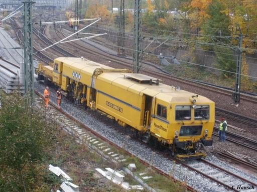 Stopfmaschine 08-275 Unimat 3S am 27. Oktober 2011 bei der Arbeit in Chemnitz Hbf.