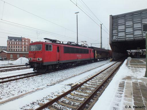 Am 25. Januar 2013 rollt 155 236-3 mit einem Güterzug aus Zwickau kommend in Chemnitz Hbf. an der Bahnhofshalle vorbei. Der Zug geht weiter in Richtung Riesa