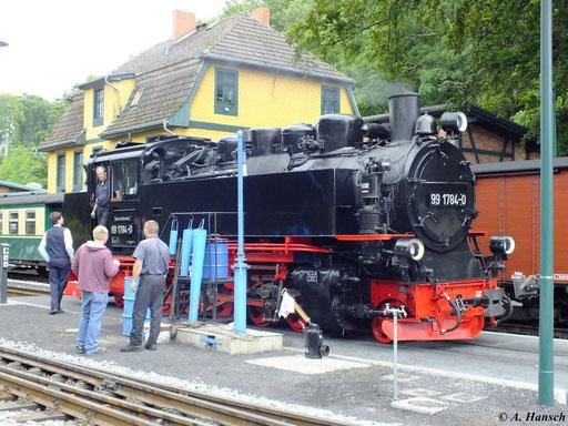 Hier ist 99 1784-0 am 10. August 2012 beim Wasserfassen im Bahnhof Göhren zu sehen