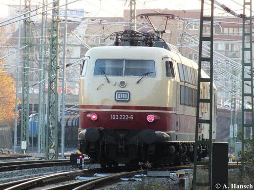 103 222-6 war für DB Netz eine Weile vor Messzügen im Einsatz. So auch am 12. November 2013 als gerade noch ein Nachschuss auf die Maschine bei der Ausfahrt aus Chemnitz Hbf. gelang. Wohl der letzte Einsatz der Lok in der Region