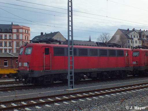 140 678-4 ist eine von vier Maschinen die am 9. Januar 2014 vom AW Chemnitz nach Seddin überführt wurden. Dort sollen sie Reaktiviert werden. Das Bild entstand in Chemnitz Hbf.