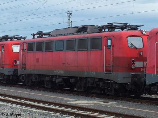 140 459-9 ist eine von vier Maschinen die am 9. Januar 2014 vom AW Chemnitz nach Seddin überführt wurden. Dort sollen sie Reaktiviert werden. Das Bild entstand in Chemnitz Hbf.