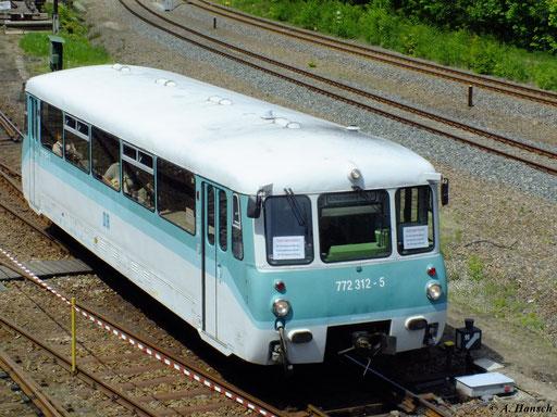 Den Pendelverkehr zwischen Bw Schwarzenberg und dem Bf. Schwarzenberg erledigte am 19. Mai 2012 772 312-5, den ich hier vom Stellwerk des Bw aus festhalten konnte