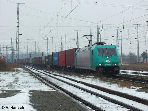 Das Wetter zeigte sich in Luth. Wittenberg Hbf. am 2. Februar 2014 kalt und grau. 185 633-5 von ITL bringt mit ihrem Containerzug ein bisschen Farbe ins Bild