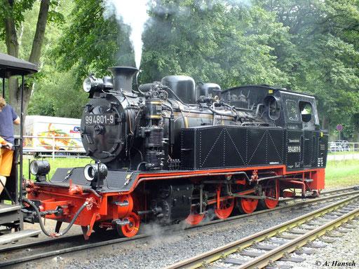 """99 4801-9 gehört zur Rügenschen Bäderbahn """"Rasender Roland"""" (RÜBB). Hier bespannt sie Tender voraus den Zug von Lauterbach Mole nach Göhren. In Binz LB wartet sie auf Weiterfahrt (6. August 2012)"""