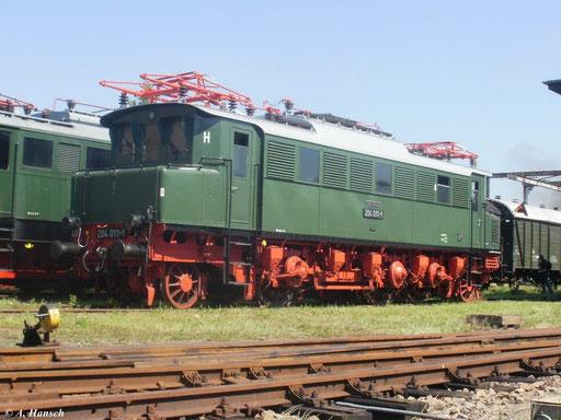 E04 011 (ab 1970 204 011-1) steht am 20. August 2011 zum 21. Heizhausfest im SEM Chemnitz