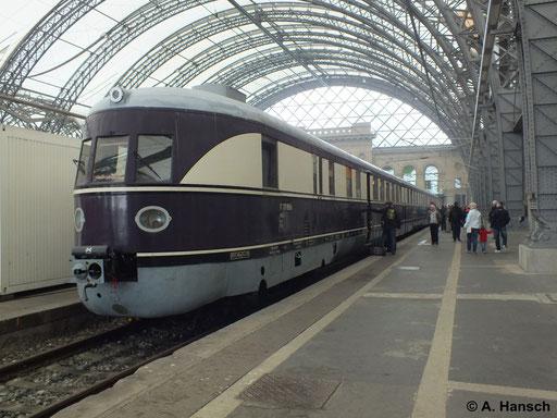 """137 856 (""""SVT Köln"""") steht am 12. April 2014 im Rahmen des 6. Dresdner Dampfloktreffens ausgestellt in Dresden Hbf."""