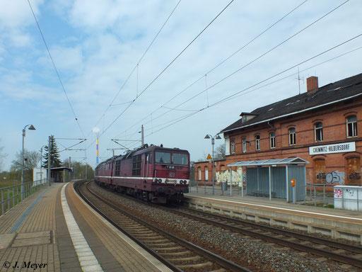 Bei der Überführung des Lokzuges von Dresden nach Zwickau am 25. April 2013 hing 180 010-1 am Zugschluss. Hier bei der Durchfahrt durch den Hp Chemnitz Hilbersdorf