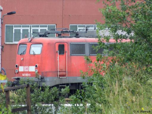Die Loks der BR 140 sind inzwischen zu großen Teilen z-gestellt, so wie 140 003-5 in Mukran Mitte (10. August 2012)