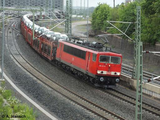 155 211-6 zieht am 28. Mai 2014 einen Autozug gen Zwickau. Hier ist die Fuhre bei der Ausfahrt aus Chemnitz Hbf. zu sehen