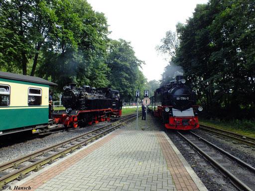 In Binz LB treffen sich die Züge aus Göhren (hier mit 99 1784-0) und Lauterbach Mole (hier mit 99 4801-9), wie hier am 6. August 2012