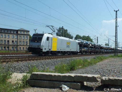 185 681-4 rollt am 18. Juni 2013 mit ihrem Autozug am AW Chemnitz vorbei