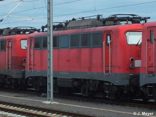 140 374-0 ist eine von vier Maschinen die am 9. Januar 2014 vom AW Chemnitz nach Seddin überführt wurden. Dort sollen sie Reaktiviert werden. Das Bild entstand in Chemnitz Hbf.