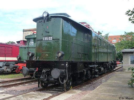Am 14. Juli 2012 entstand dieses Bild von E95 02 im Bw Halle P. Nur sechs Loks dieser Baureihe gab es bei der DR. E95 02 ist als einziges Museumsstück noch erhalten und soll sogar wieder einsatzfähig gemacht werden