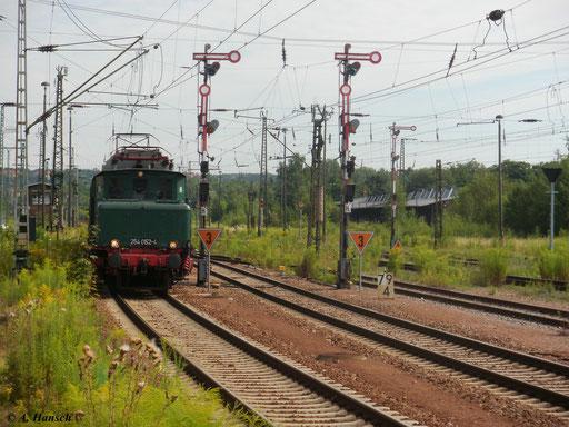 Am 31. Juli 2010 fuhr 254 052-4 mit einem Sonderzug von Chemnitz nach Lübbenau. Hier fährt der Zug gerade in Chemnitz Hbf. ein