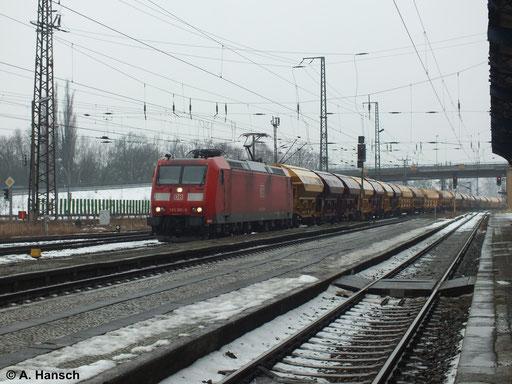Am 2. Februar 2014 durchfährt 185 061-9 mit Harnstoffzug Luth. Wittenberg Hbf.