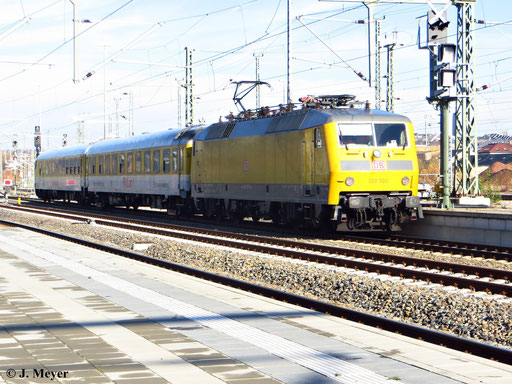 120 160-7 ist mit der Nummer 120 502 für DB Netz unterwegs. Am 12. November 2013 fährt sie mit einem Messzug durch Chemnitz Hbf.