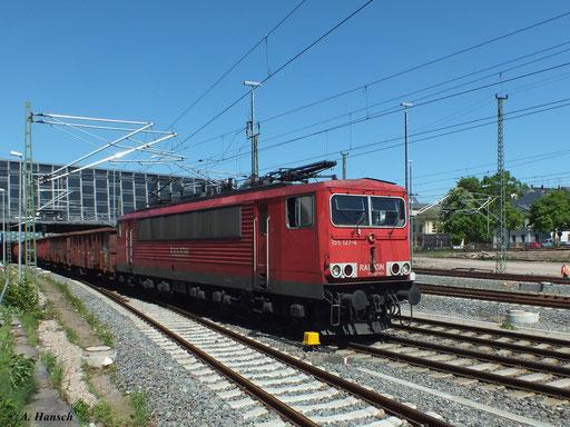 Bei bestem Frühlingswetter durchfährt 155 127-4 mit ihrem Güterzug Chemnitz Hbf. (15. Mai 2013)