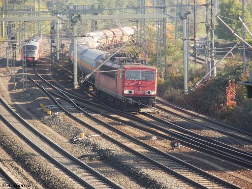 Am 10. Oktober 2010 fährt 155 140-7 mit einem Güterzug in den Bahnhof Luth. Wittenberg ein