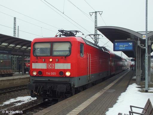 Am 2. Februar 2014 steht 114 005-2 mit RE5 nach Rostock in Luth. Wittenberg Hbf. und wartet auf Ausfahrt