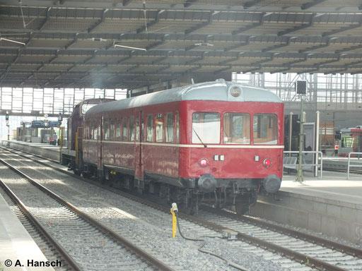"""Am 27. April 2014 überführte 345 023-6 den Triebwagen 301 016-1 der Bauart """"Esslinger"""" Hier durchfährt die Fuhre gerade Chemnitz Hbf."""