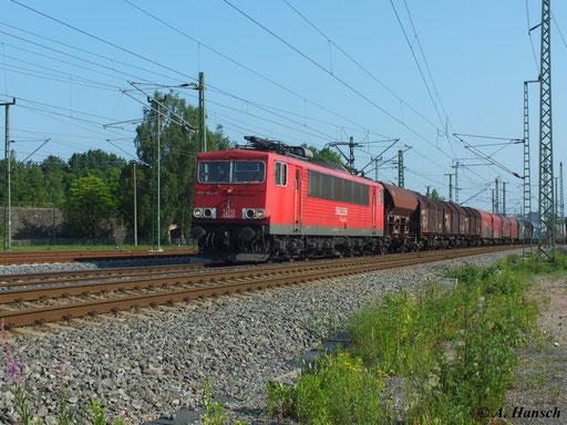 Am 19. Juni 2013 zieht 155 194-4 ihren Mischer am AW Chemnitz vorbei in Richtung Riesa