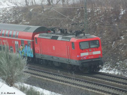 112 122-7 fährt am 10. Februar 2013 mit RB aus Berlin in wenigen Minuten in den Hbf. Luth. Wittenberg ein. Hier ist der Zug kurz nach dem ehemaligen Bw zu sehen