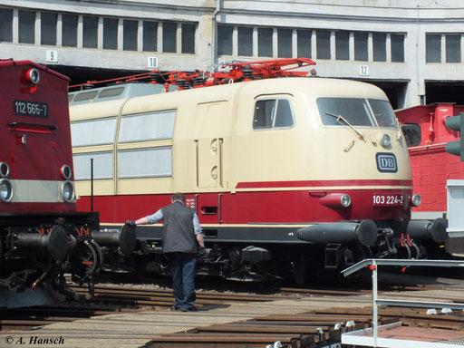 Hier steht 103 224-2 im Lokschuppen des Bw Glauchau (5. Mai 2013)