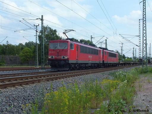 155 120-9 passiert mit ihrem Güterzug gerade das AW Chemnitz. Abgebügelt ist 155 030-0 mit am Zug, der sich gen Riesa bewegt (10. Juli 2013)