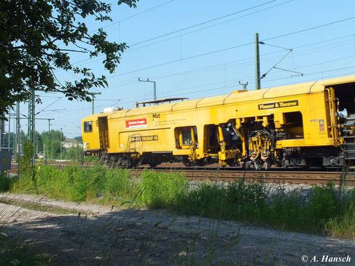Ein weiterer Bauzug fährt am 18. Juni 2013 gen Riesa und passiert hier gerade das AW Chemnitz. Vorn befindet sich 08-475 UNIMAT 4S...