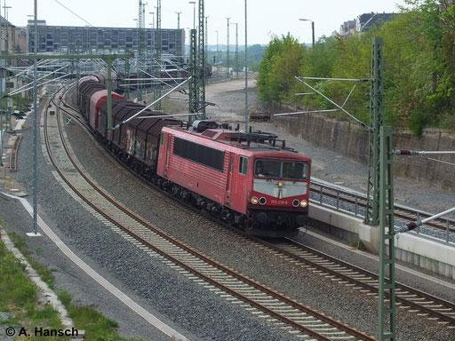 """Nebst 155 214-0 ist 155 219-9 die letzte """"Latz-155er"""" der DB. Am 26. April 2014 befördert sie einen Mischer durch Chemnitz Hbf. gen Zwickau"""