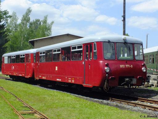 972 771-0 ist ein Steuerwagen (VS 2.08) der Traditionsgemeinschaft Ferkeltaxi e.V., hier am 19. Mai 2012 mit 171 056-5 im Bw Schwarzenberg