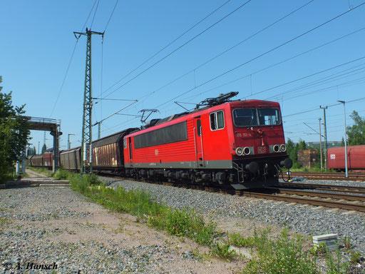 Ein gemischter Güterzug wird am 19. Juni 2013 von 155 151-4 am AW Chemnitz vorbei gen Zwickau gezogen