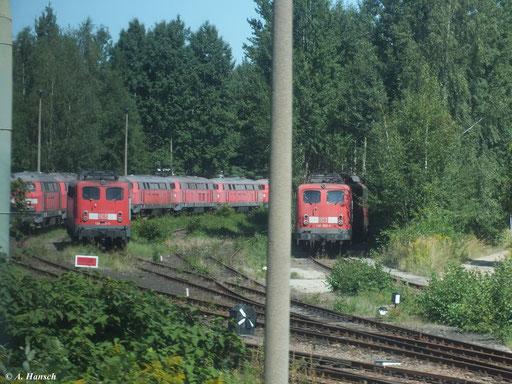 Neben zahlreichen Loks der BR 215 und 218 stehen auch z-gestellte 140er im AW Chemnitz (19. August 2012)