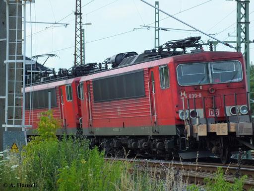 Am 10. Juli 2013 hängt 155 030-0 abgebügelt hinter 155 120-9, die ihren Güterzug gerade am AW Chemnitz vorbei gen Riesa zieht