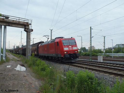 185 173-2 passiert mit ihrem Güterzug gerade das AW Chemnitz. Der Zug kommt aus Riesa und fährt in Richtung Zwickau (27. Juni 2013)