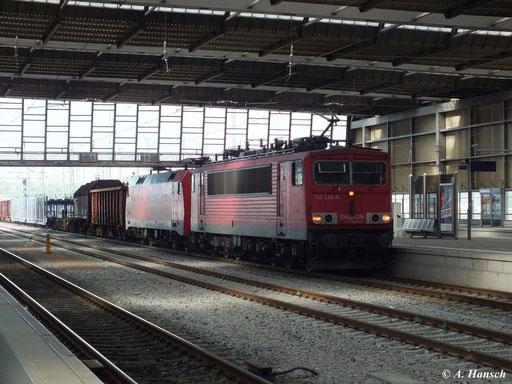 Neben ihrem gemischten Güterzug hat 155 248-8 auch 152 047-7 am Haken, als sie hier am 16. Mai 2013 Chemnitz Hbf. durchfährt