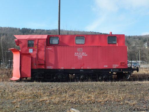 """Eine Seitenansicht verdeutlicht, dass die Schneepflüge vom Typ """"Meiningen"""" umgebaute Dampfloktender sind, was besonders am Fahrwerk deutlich wird"""